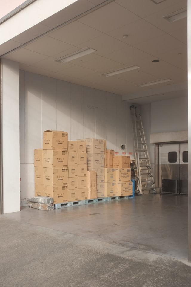 ארגזים למשלוח מסודרים בערמה